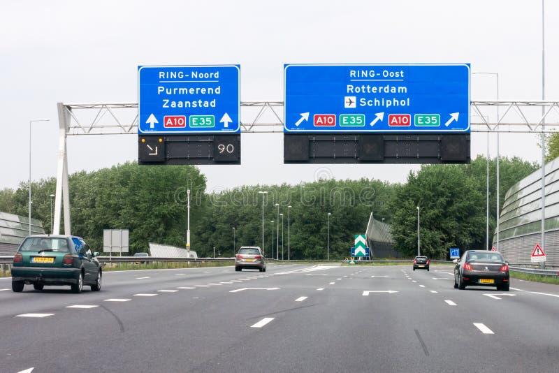 有交通和路线的机动车路A1签字,阿姆斯特丹,荷兰 免版税库存照片