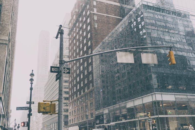 有交通标志和雪的31个DEZ 2017年-纽约/USA -纽约街道 库存照片