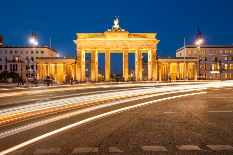 有交通的柏林勃兰登堡门 免版税库存照片