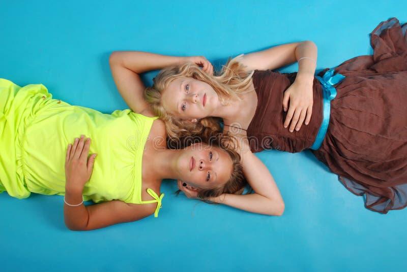 有交错的头发的画象两女孩 库存照片