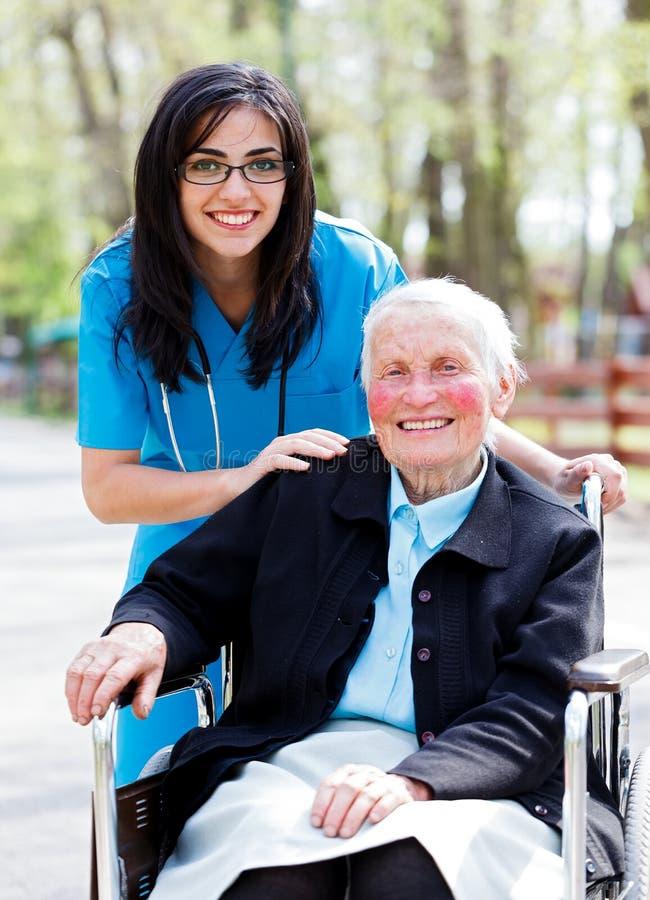 有亲切的医生的愉快的退休的患者 免版税库存图片