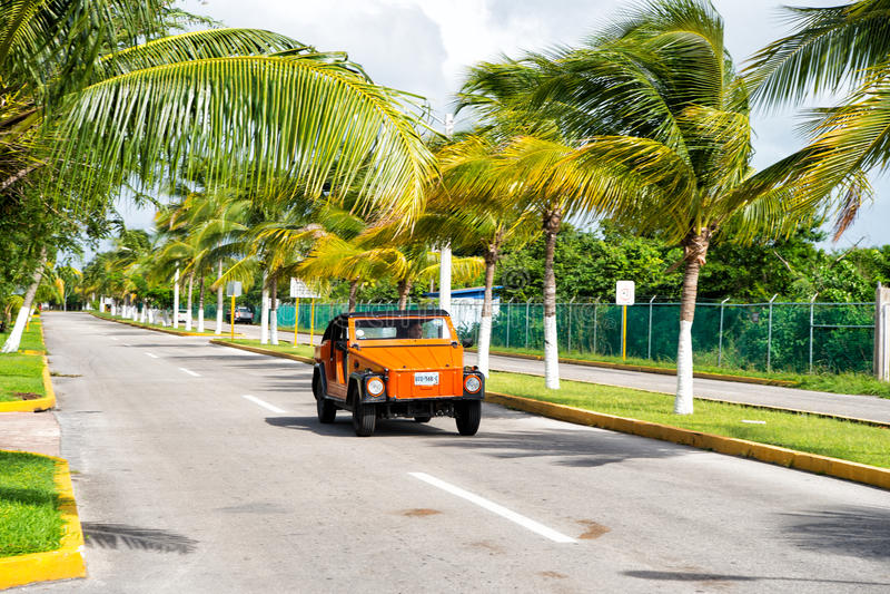 有人司机的橙色汽车在路,科苏梅尔,墨西哥 图库摄影