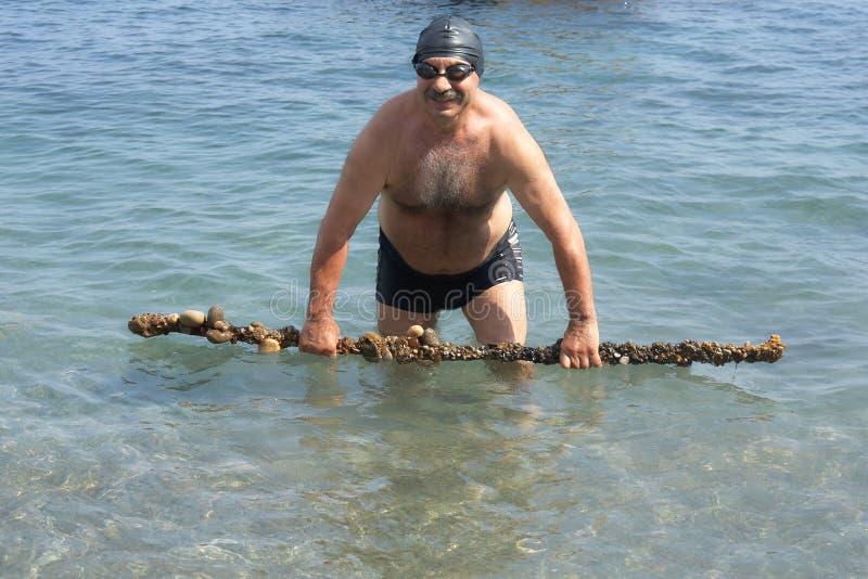 有人工制品的资深潜水者 免版税库存照片