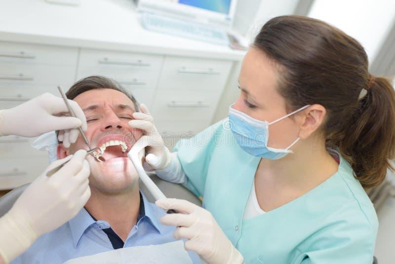 有人患者的女性牙医在牙齿诊所办公室 库存照片
