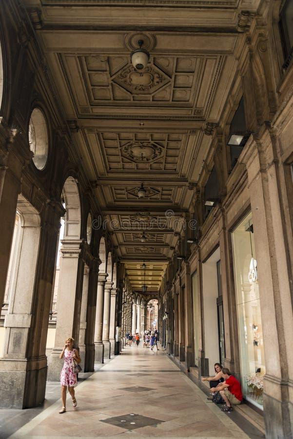 有人的中世纪街道门廓在波隆纳,意大利 免版税图库摄影