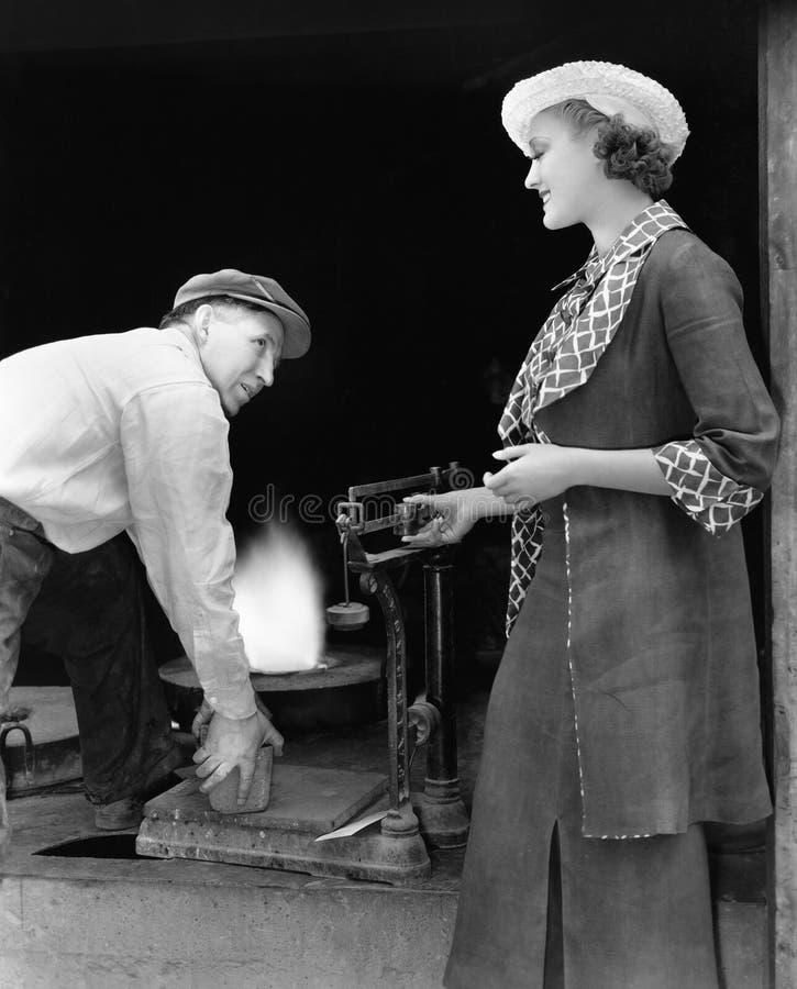 有人的妇女称银的铸造厂的(所有人被描述不更长生存,并且庄园不存在 供应商保单t 图库摄影