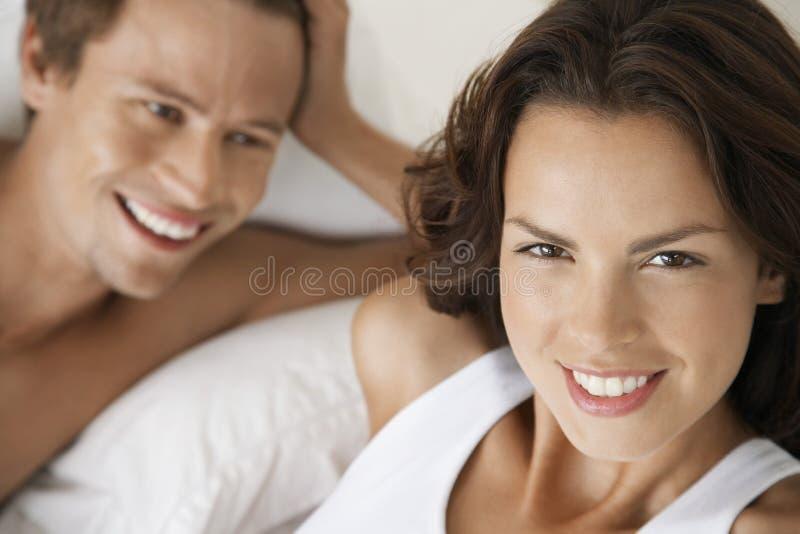 有人的少妇在床上 免版税库存照片