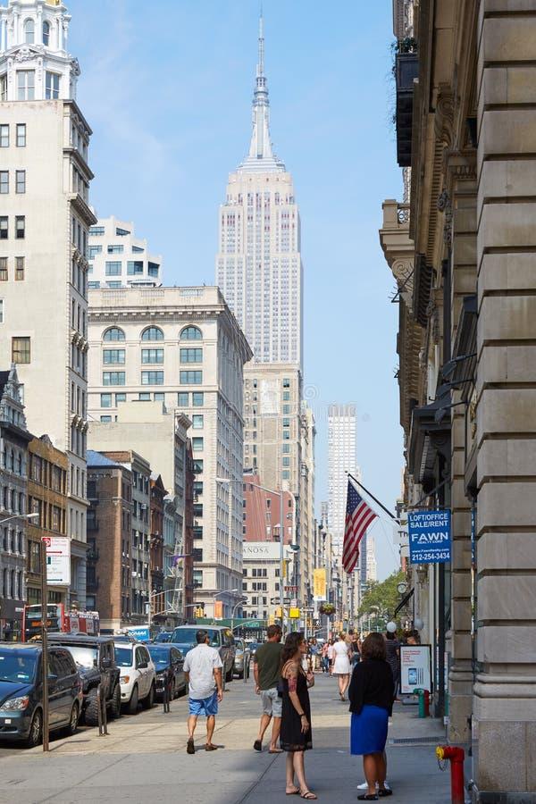 有人的帝国大厦和第五大道边路在纽约 库存图片