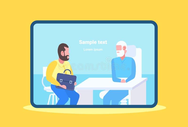 有人的患者与坐在桌工作场所现代诊所办公室医学的资深医生的咨询和 皇族释放例证