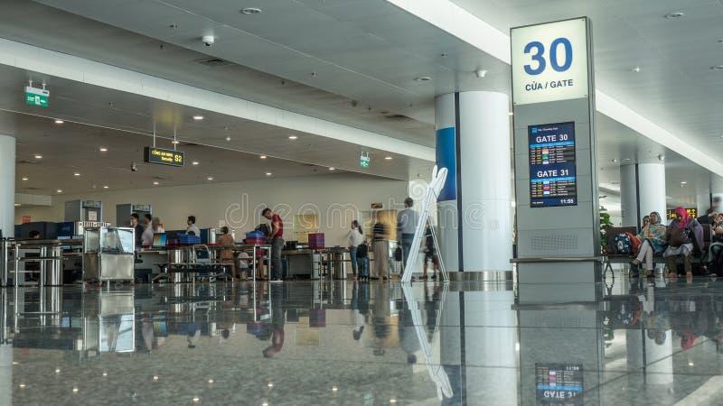 有人的机场大厅在安全检查站 河内越南 免版税图库摄影