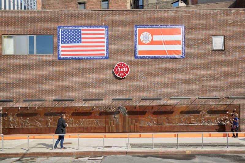 有人的消防队纪念墙壁在一个晴天在纽约 免版税库存照片