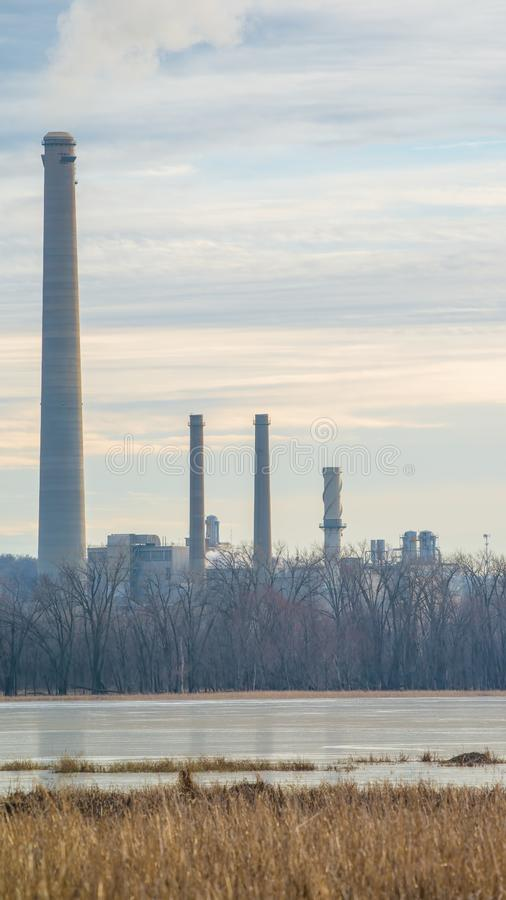 有从烟囱出来的气体和污染物的煤电植物-明尼苏达河和主要鸟类迁徙路线 图库摄影