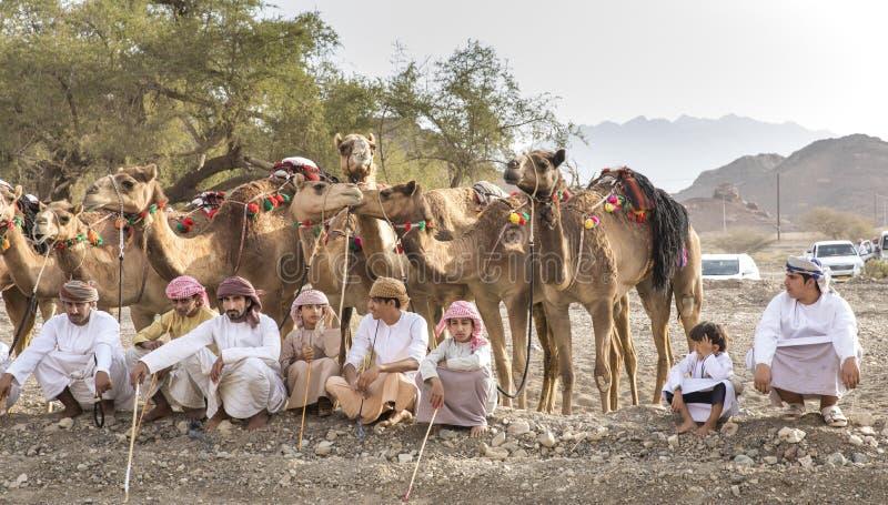 有他们的骆驼的阿曼人在乡下 免版税库存照片