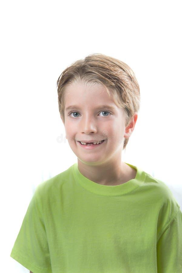 有他前牙丢失的逗人喜爱的白肤金发的男孩 图库摄影