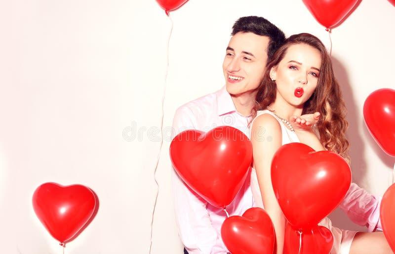 有他可爱的甜心女孩的人获得乐趣恋人的情人节 华伦泰夫妇 愉快的夫妇 女孩送亲吻 图库摄影