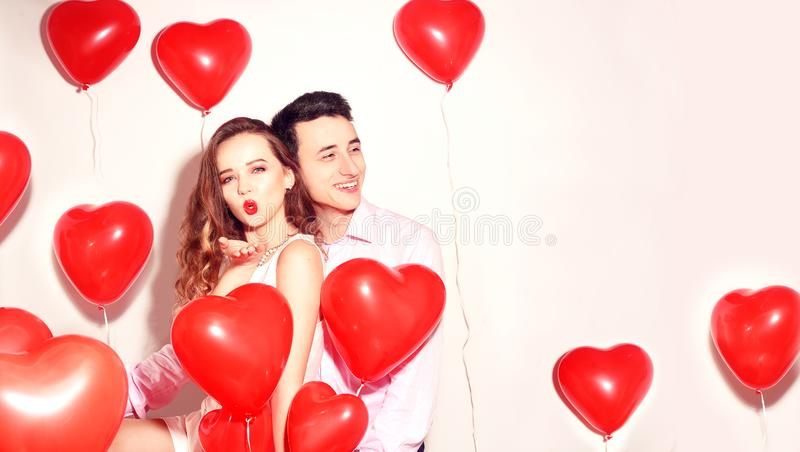 有他可爱的甜心女孩的人获得乐趣恋人的情人节 华伦泰夫妇 愉快的夫妇 女孩送亲吻 免版税库存照片
