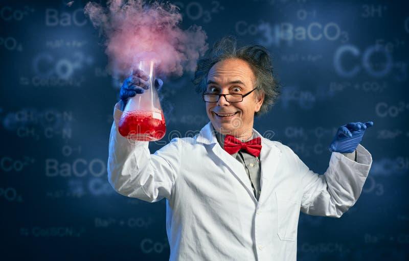 有他成功的实验的愉快的化学家 免版税库存照片