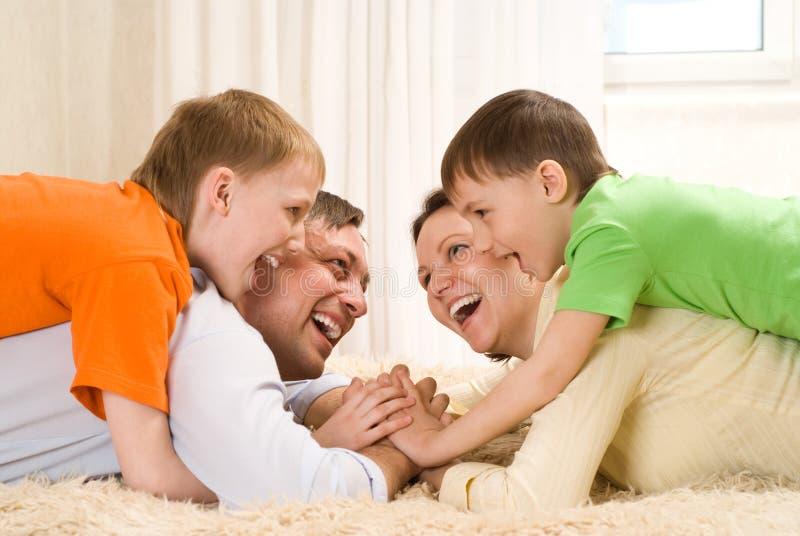 有他的二个儿子的愉快的父项 免版税库存照片