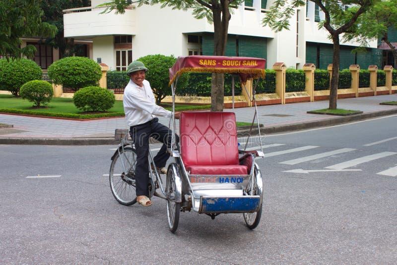 有他的人力车的人 三轮车在Ha Noi城市 越南 肯定 免版税库存图片