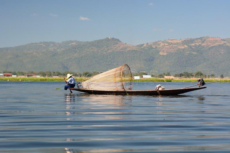 有他的传统小船的渔夫 Inle湖 缅甸 图库摄影