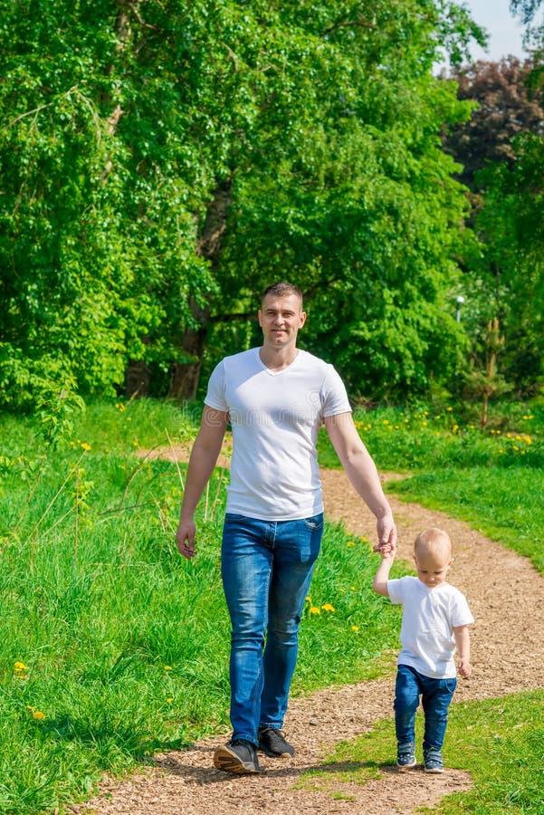 有他的儿子的爸爸步行的 库存照片