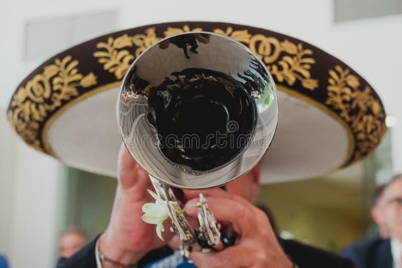 有他的喇叭的墨西哥音乐家在前景,墨西哥流浪乐队 库存照片
