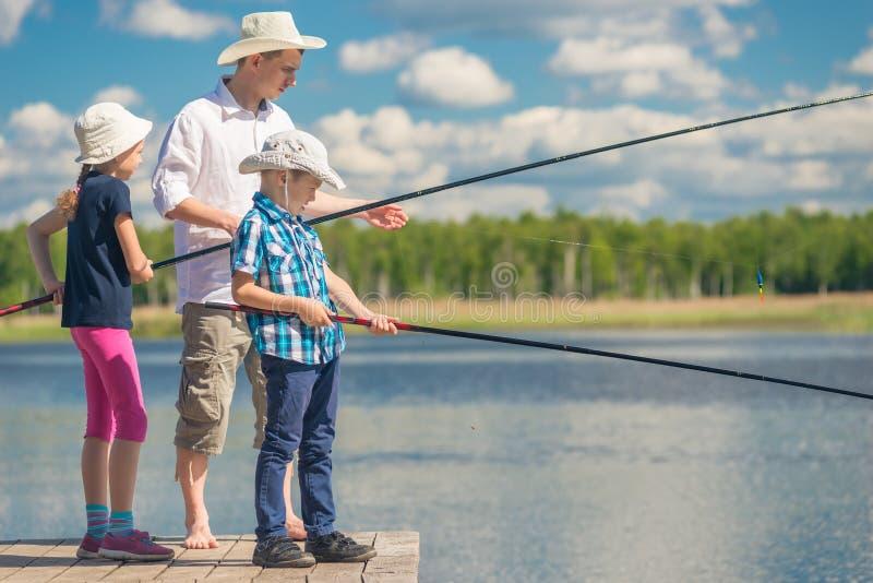 有他的女儿和儿子的爸爸渔的 库存照片