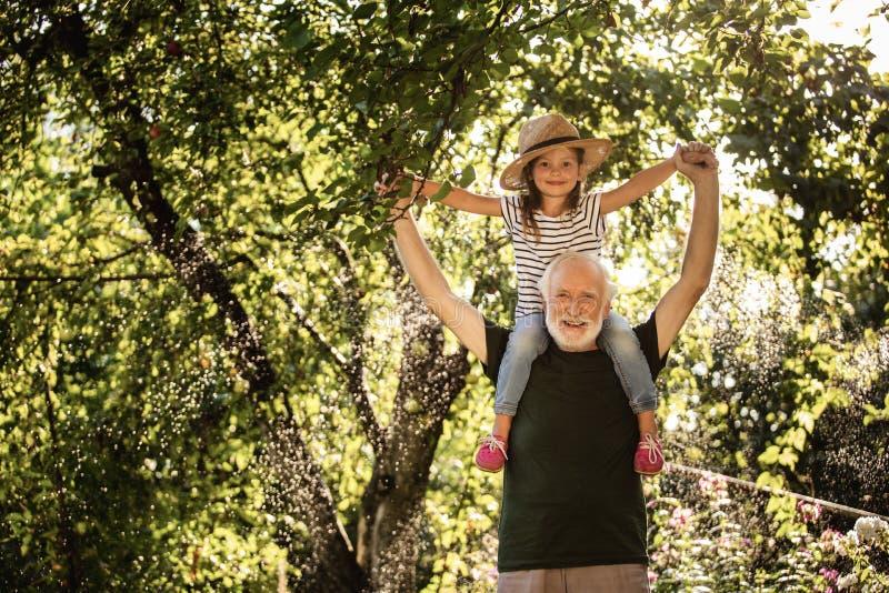 有他的孙女的老年迈的有胡子的人 免版税库存照片