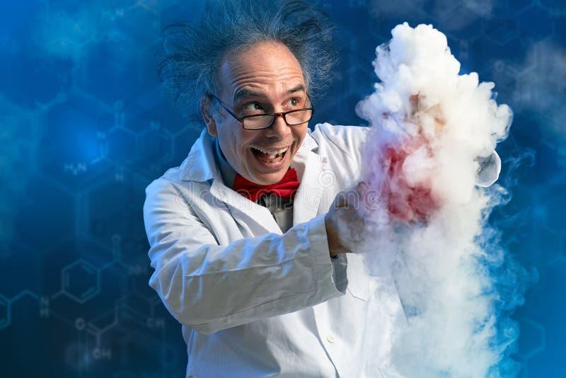 有他的实验的愉快的疯狂的化学家 库存图片