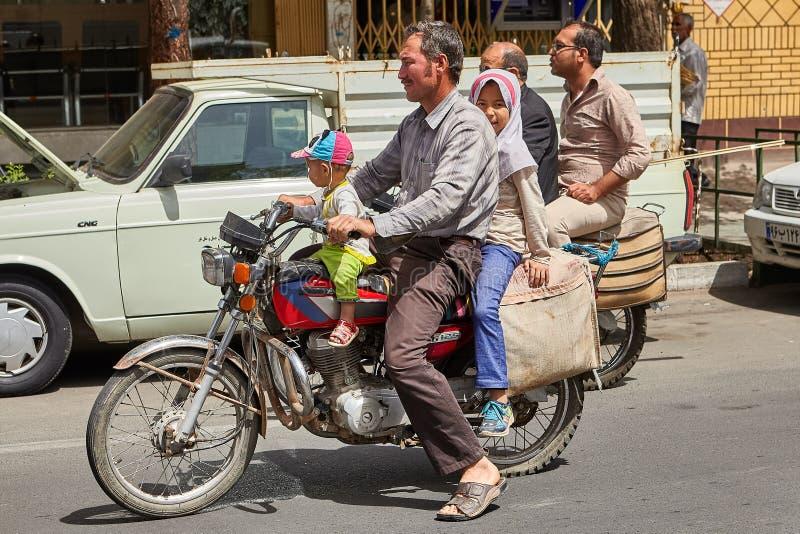 有他的家庭的伊朗人在摩托车,喀山,伊朗 免版税库存照片