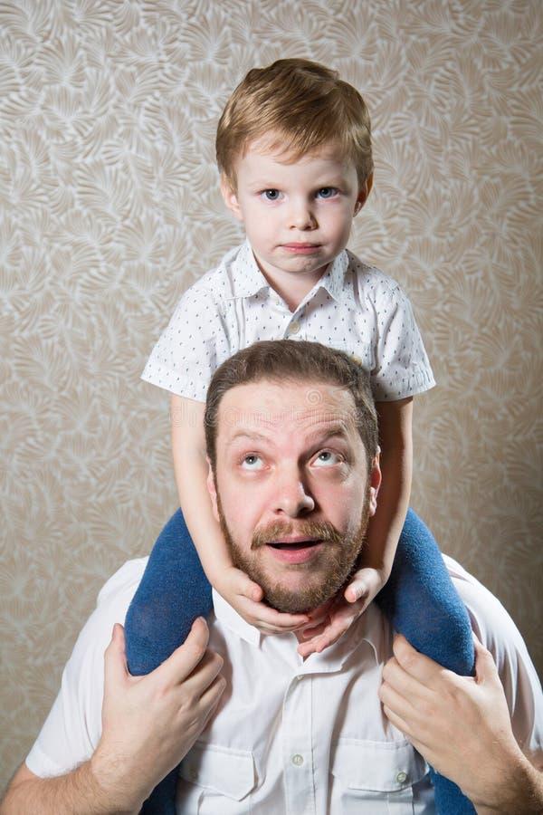 有他的小儿子的人 免版税库存照片