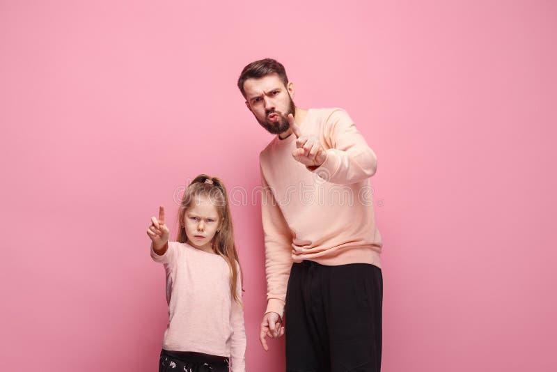 有他的小女儿的年轻父亲 免版税图库摄影