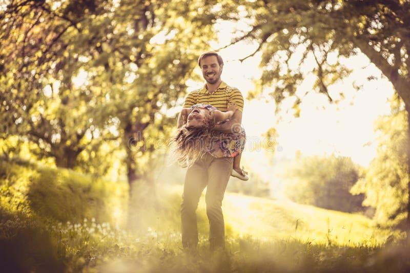 有他的小女孩的愉快的父亲本质上 使用的时刻 库存照片