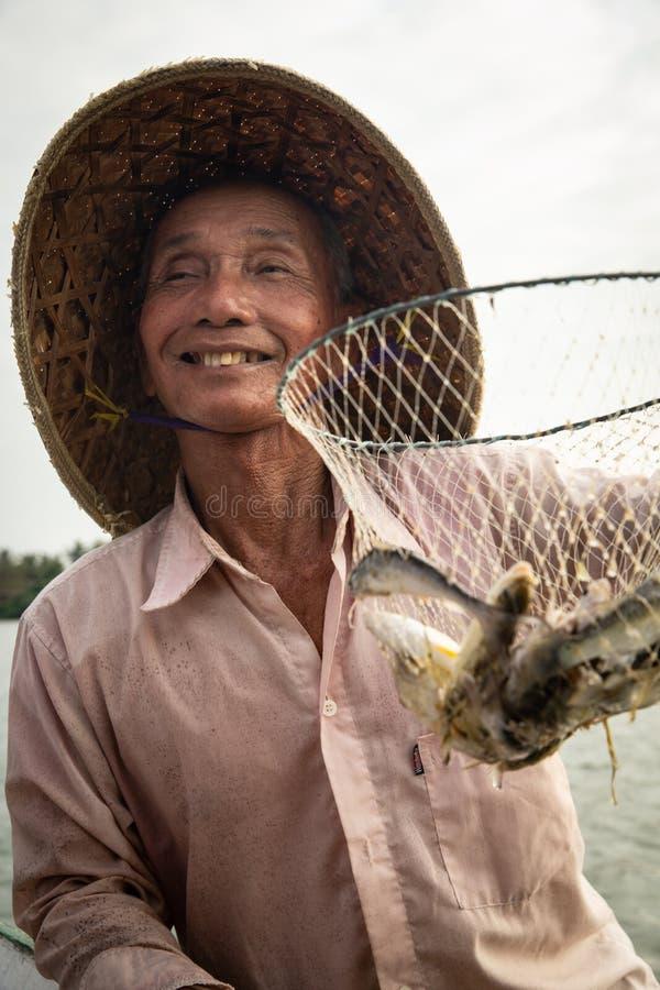 有他的抓住的越南渔夫 免版税库存照片