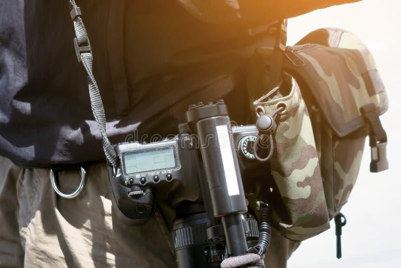 有他的摄象机射击的摄影师 免版税图库摄影