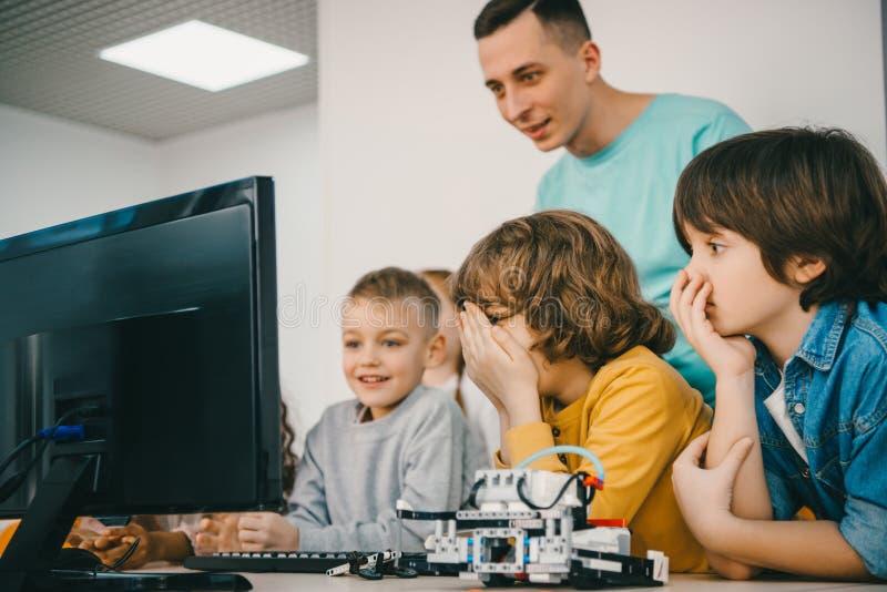 有他的老师编程的机器人 库存图片