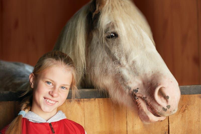 有他的马的女骑士在槽枥 体育运动 免版税库存图片