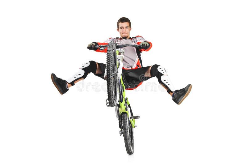 有他自行车跳的一个新骑自行车的人 库存图片