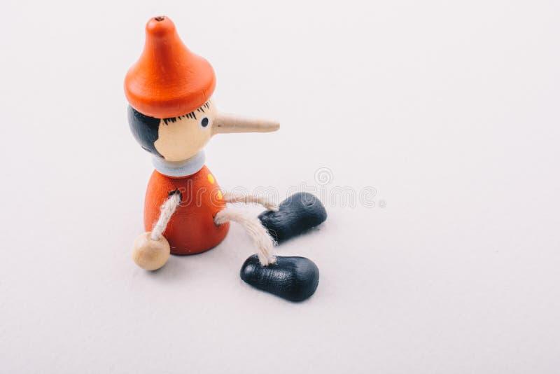 有他长的鼻子的木pinocchio玩偶 免版税库存图片