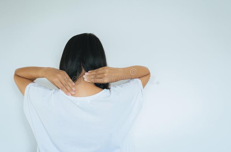 有令人讨厌的人的,接触女性的手妇女和按摩她痛苦的子宫颈,腱炎症 图库摄影