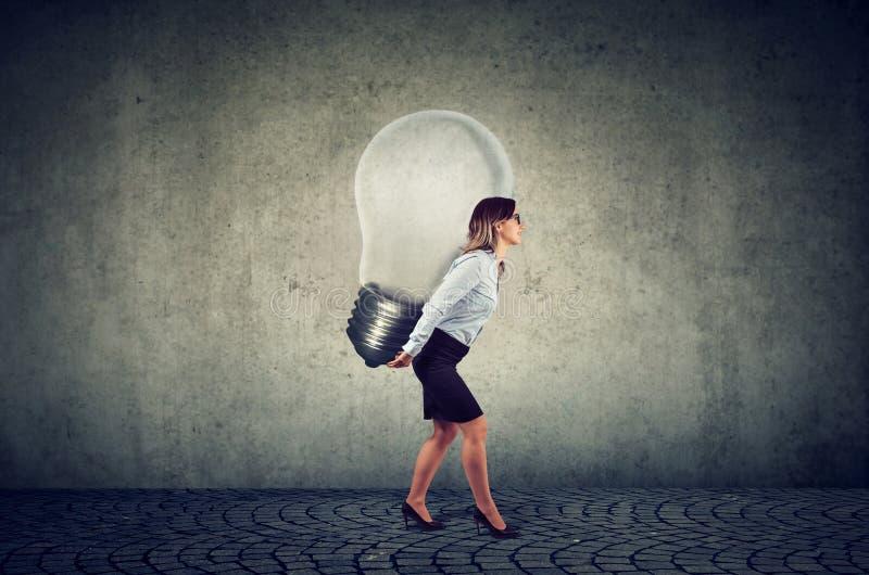 有企业想法电灯泡的女实业家在她 图库摄影