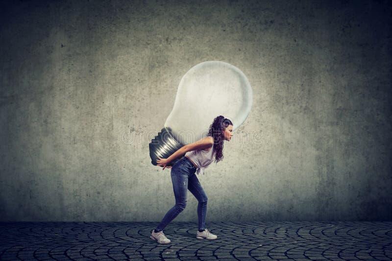 有企业想法电灯泡的妇女在她 免版税图库摄影