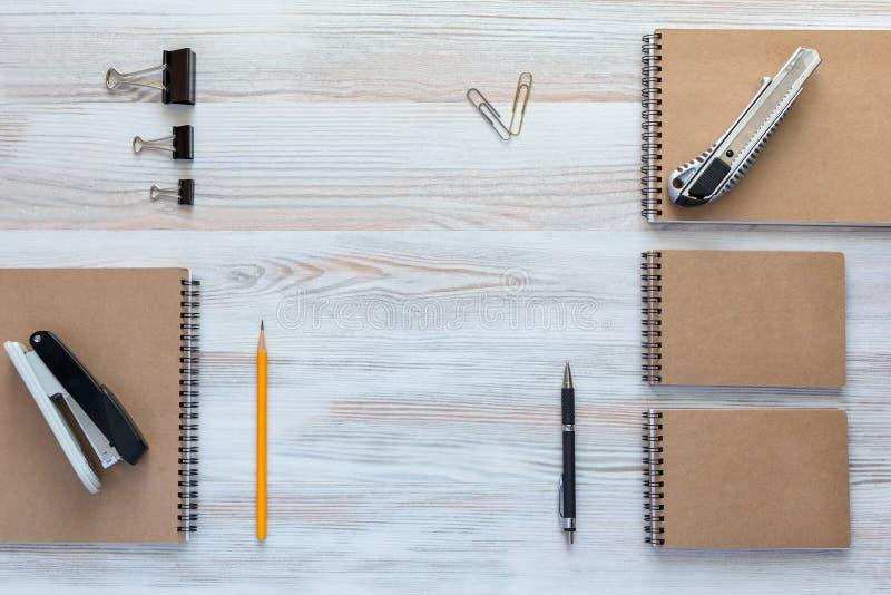 有企业项目的木书桌在镇静经典颜色 库存图片