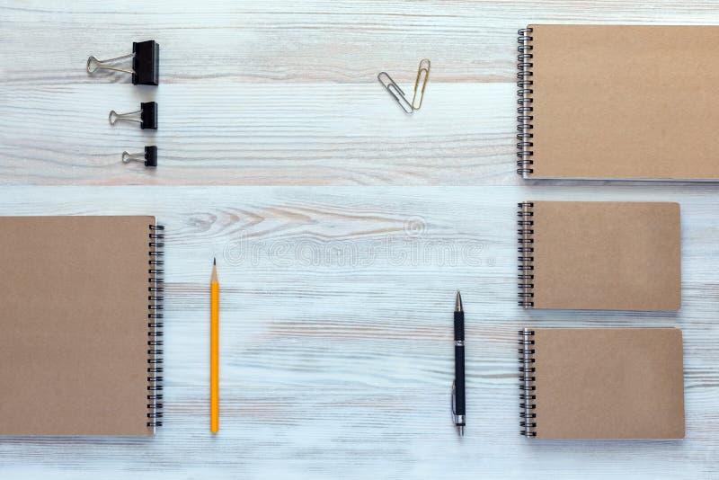 有企业项目的木书桌在镇静经典颜色 免版税库存照片