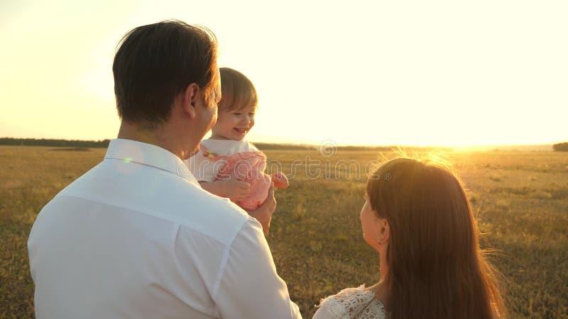 有休息在公园的女儿的父亲 r 家庭使用与婴孩在 库存图片