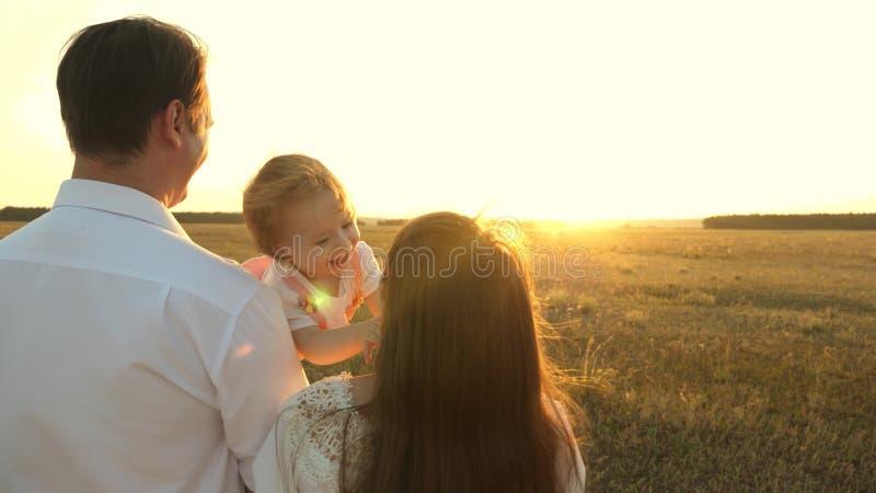 有休息在公园的女儿的父亲 r 家庭使用与婴孩在 库存照片