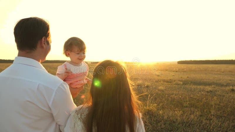 有休息在公园的女儿的父亲 r 家庭使用与婴孩在 免版税库存图片