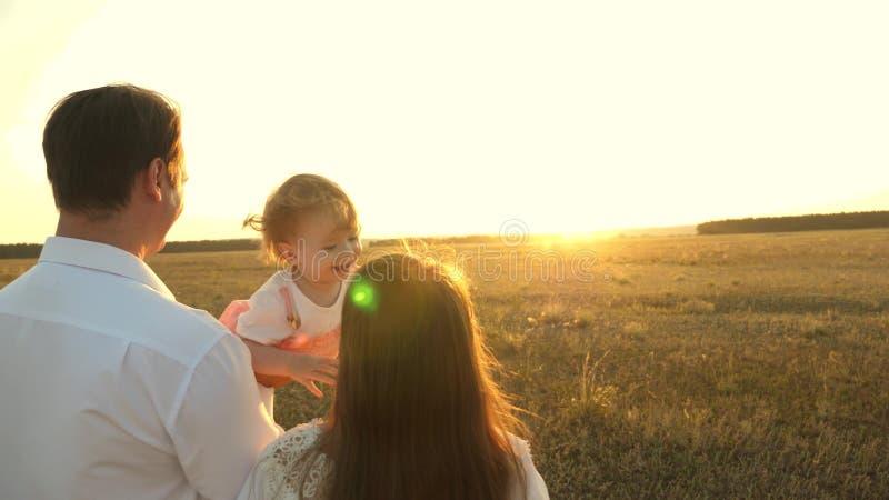 有休息在公园的女儿的父亲 r 家庭使用与婴孩在 免版税库存照片