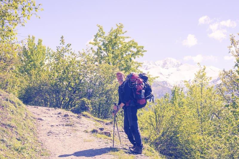 有休息在困难的攀登期间的大背包的旅客 库存图片