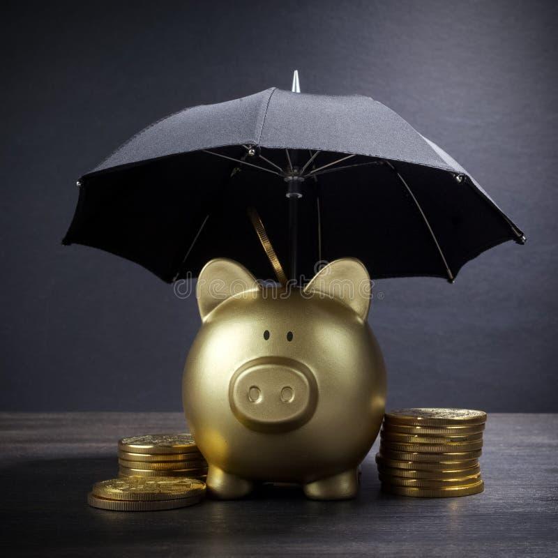 有伞概念的金存钱罐财务保险、保护、安全投资或者银行业务的 免版税库存照片